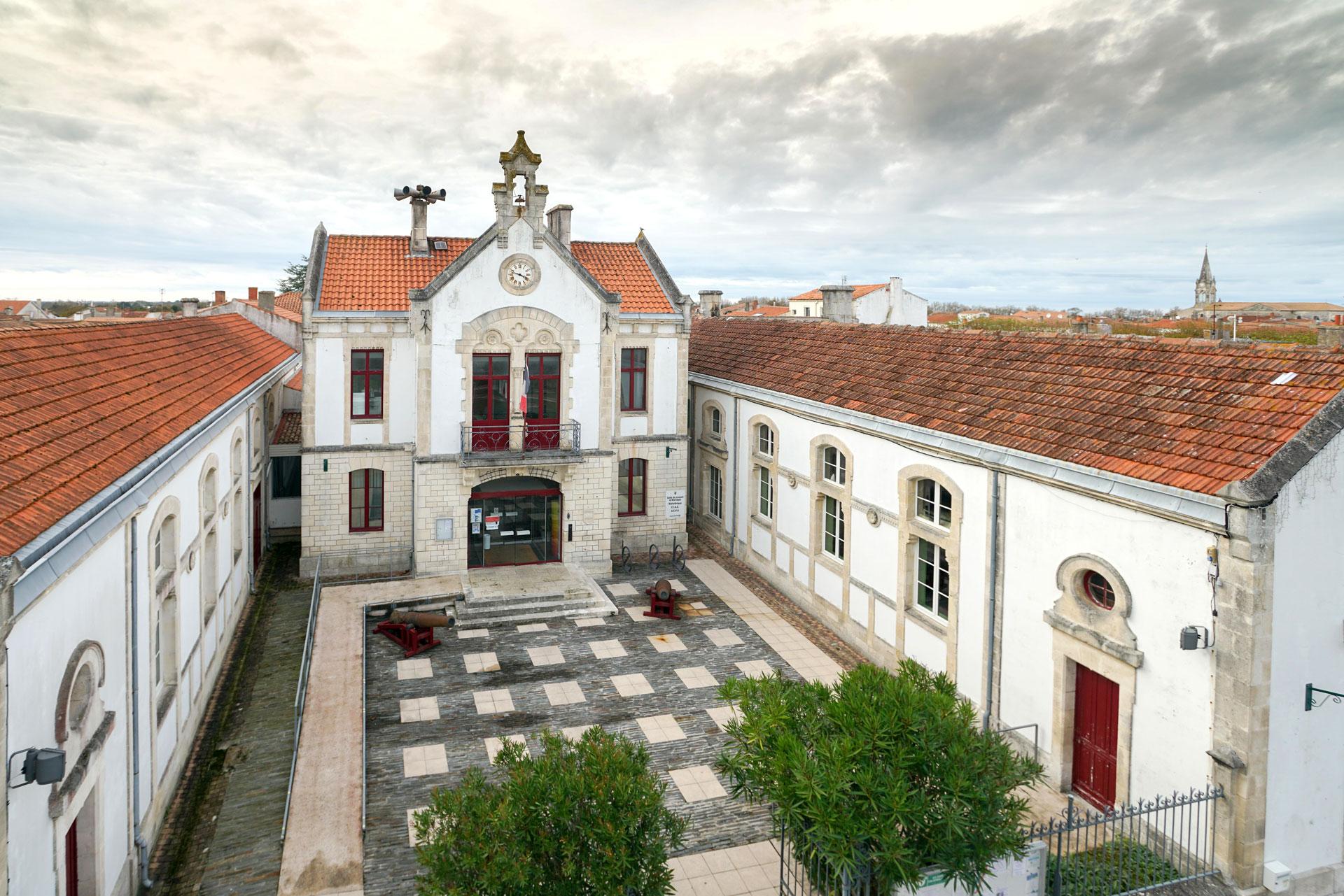Vue aérienne de la mairie du Château d'Oléron
