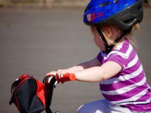 Enfant portant un casque de vélo