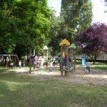 Enfants de l'école maternelle sur les jeux du square Jean Moulin