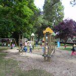 Enfants sur les jeux du square Jean Moulin