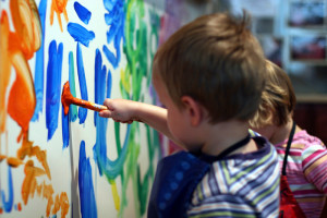 Enfant réalisant une fresque dans le cadre d'une activité à la crèche