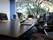 Ordinateur sur une table de réunion
