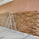 Mise en place du parement en bois recyclé, espace foyer à l'étage de l'Arsenal, 22 juin 2015